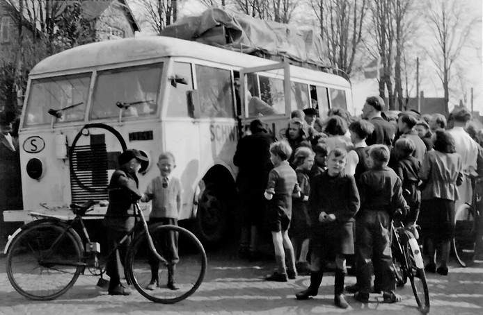 Een tussenstop van een 'witte bus' in Denemarken in 1945. De bus is op weg naar Zweden.