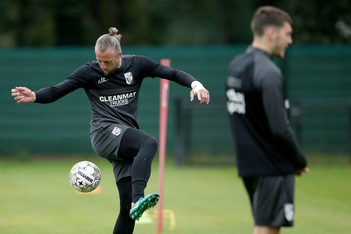 Doelman Remko Pasveer toont zijn techniek op de training van Vitesse.