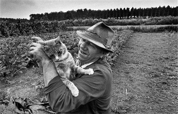 Deze foto van de gepensioneerde dagloner Bart Berkelmans maakte Piet den Blanken in 1982 in Berkelmans' moestuin aan de Poelkensdijk in Wijbosch.