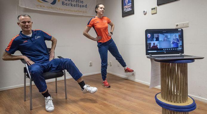 John Willemsen en Nienke Maas geven online beweegles voor ouderen. Meedoen kan zittend of staand.