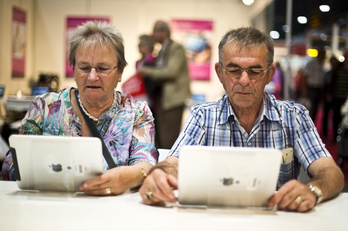 Als jongeren ouderen helpen met internet kan dat als maatschappelijke stage gelden. De BLOS maakt er werk van in Borne.