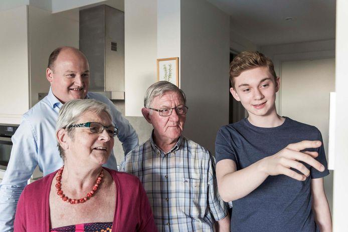 Jean legt het systeem uit aan zijn grootouders, op de achtergrond staat Raf Jansen, CEO van Luco.