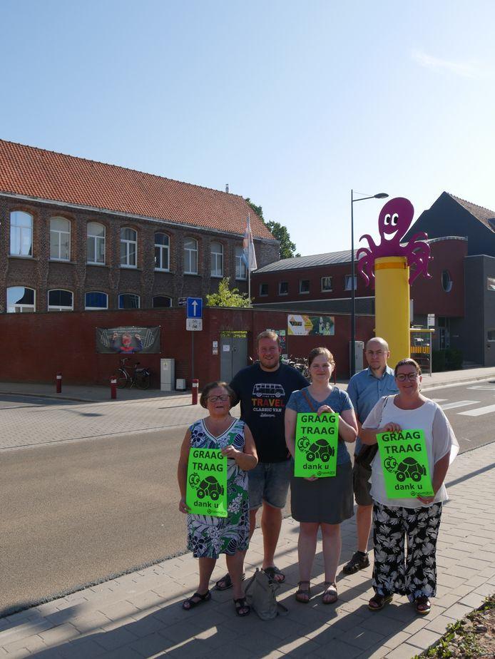 De leden van Beweging.net hielden een affichecampagne aan de Heilig-Hartschool.