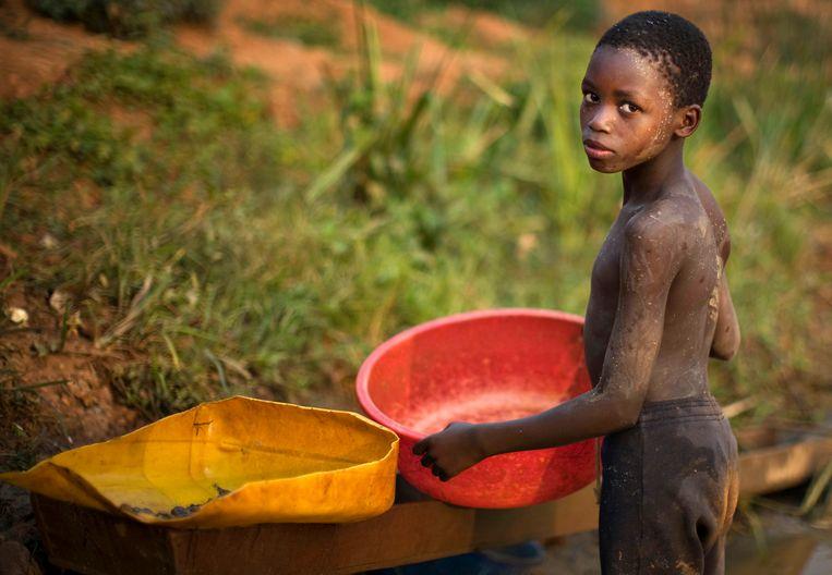 Een kind dat werkt in een Oost-congolese goudmijn. Beeld REUTERS