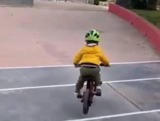 Zo vader, zo zoon: 3-jarige Marlon Sagan steelt met fietsje de show voor de ogen van papa Peter