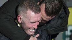 Ongeneeslijk zieke ex-profvoetballer barst in tranen uit bij onthulling standbeeld