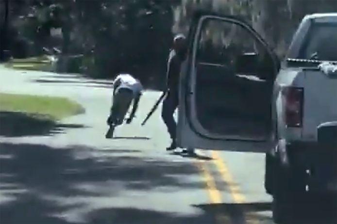 Dans cette capture d'écran provenant d'une vidéo publiée sur Twitter le mardi 5 mai 2020, Ahmaud Arbery trébuche et tombe par terre après avoir été abattu dans son quartier de Brunswick, en Géorgie.