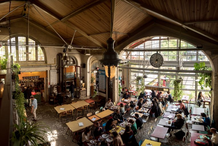 Het populaire restaurant La Recyclerie, boven op een oude spoorweg in de stad.  Beeld Simon Lemarchand RV