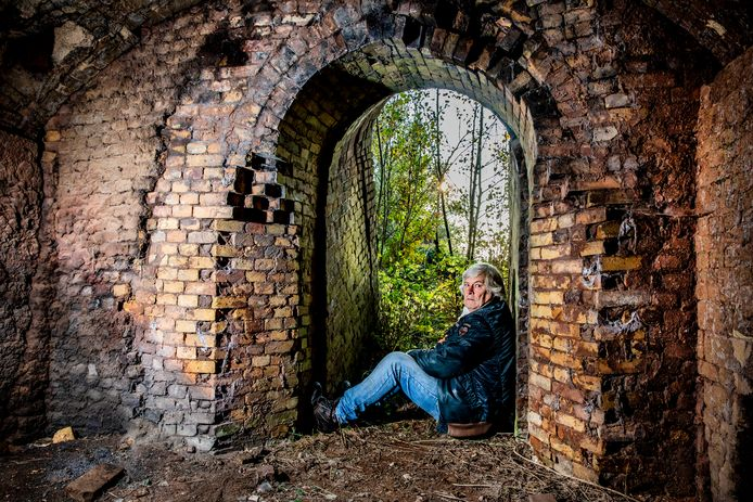 Ex-zwerver Ben waar hij vroeger sliep: in een oude Sallandse fabriek.