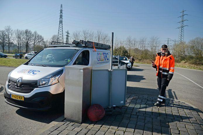 'Poortwachter' Els van Kleef van Twente Milieu houdt de stroom auto's bij het afvalbrengpunt in de gaten. 'Eén eruit, één erin.'