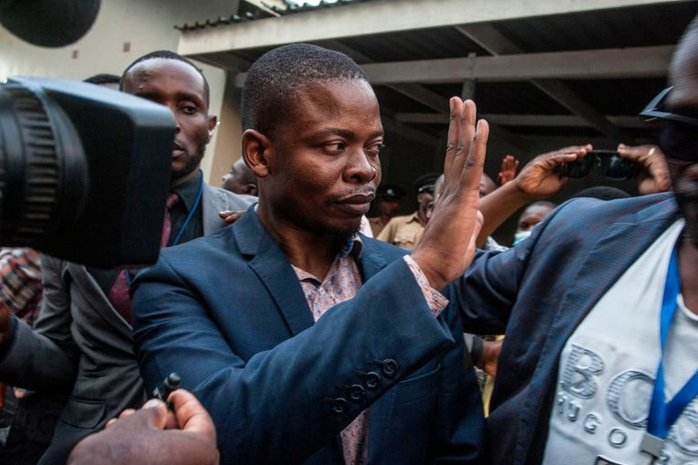 De Malawiaanse prediker Bushiri zwaait naar aanhangers in de hoofdstad Lilongwe.  Beeld AFP