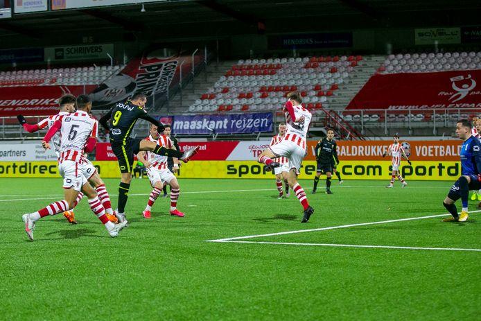 Antoine Rabillard scoort de 0-2 voor GA Eagles.
