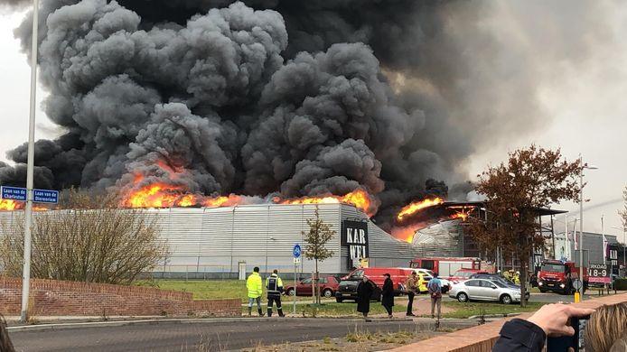 Bij de brand komen enorme rookwolken vrij.