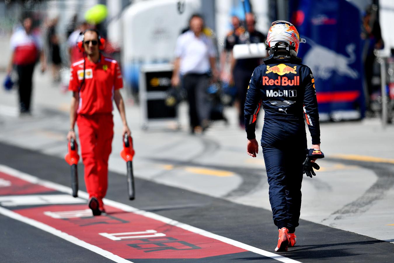 Een gedesillusioneerde Verstappen verlaat zijn auto na Q2.