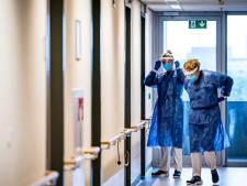 Meekijken op de corona-afdeling van het Catharina Ziekenhuis: weer in dat zweterige pak, tussen doodzieke mensen