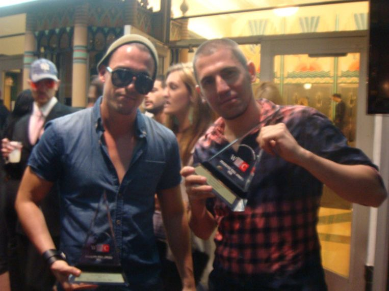 Dimitri Vegas (r) en Like Mike met de twee gewonnen Belgische awards in Miami. Beeld kos