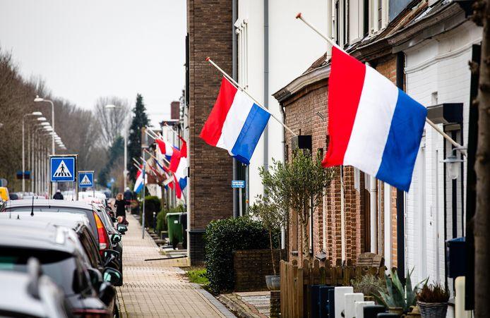 Vlaggen halfstok op de Zinkweg in Oud-Beijerland.