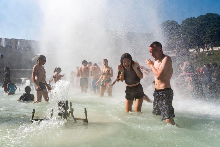 Mensen zoeken verkoeling in de fontein van het Trocadero in Parijs. Beeld Boivin Samuel/ABACA