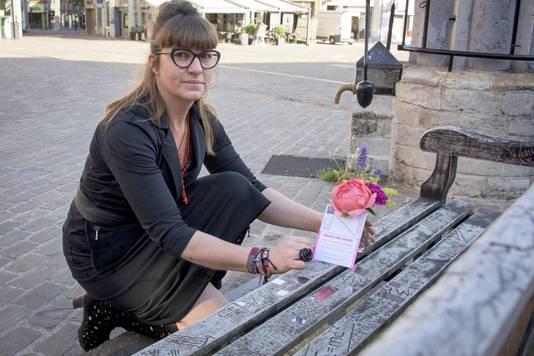 Ingeborg Augustus plaatst een eenzaam boeketje.