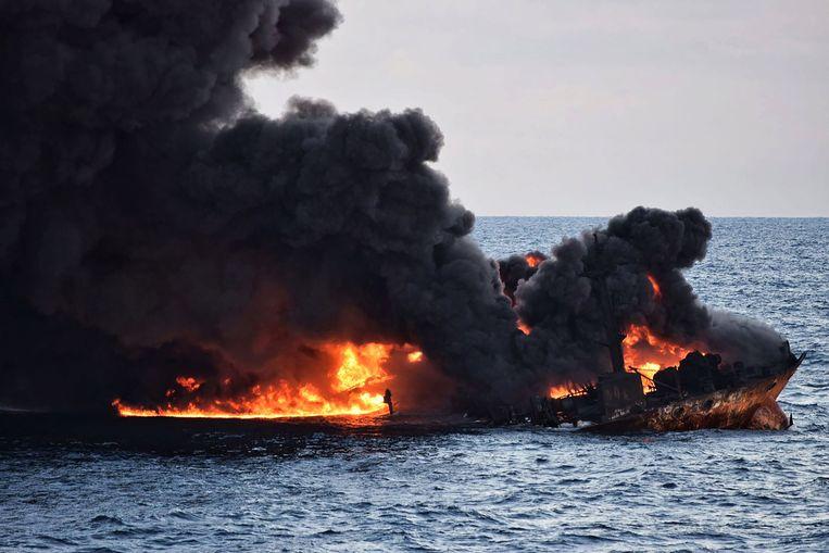 Beeld van de uitgebrande olietanker Sanchi. Beeld AFP