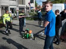 Voetbalmaatjes verrassen geslaagde én jarige Sam (18), maar politie stuurt iedereen naar huis