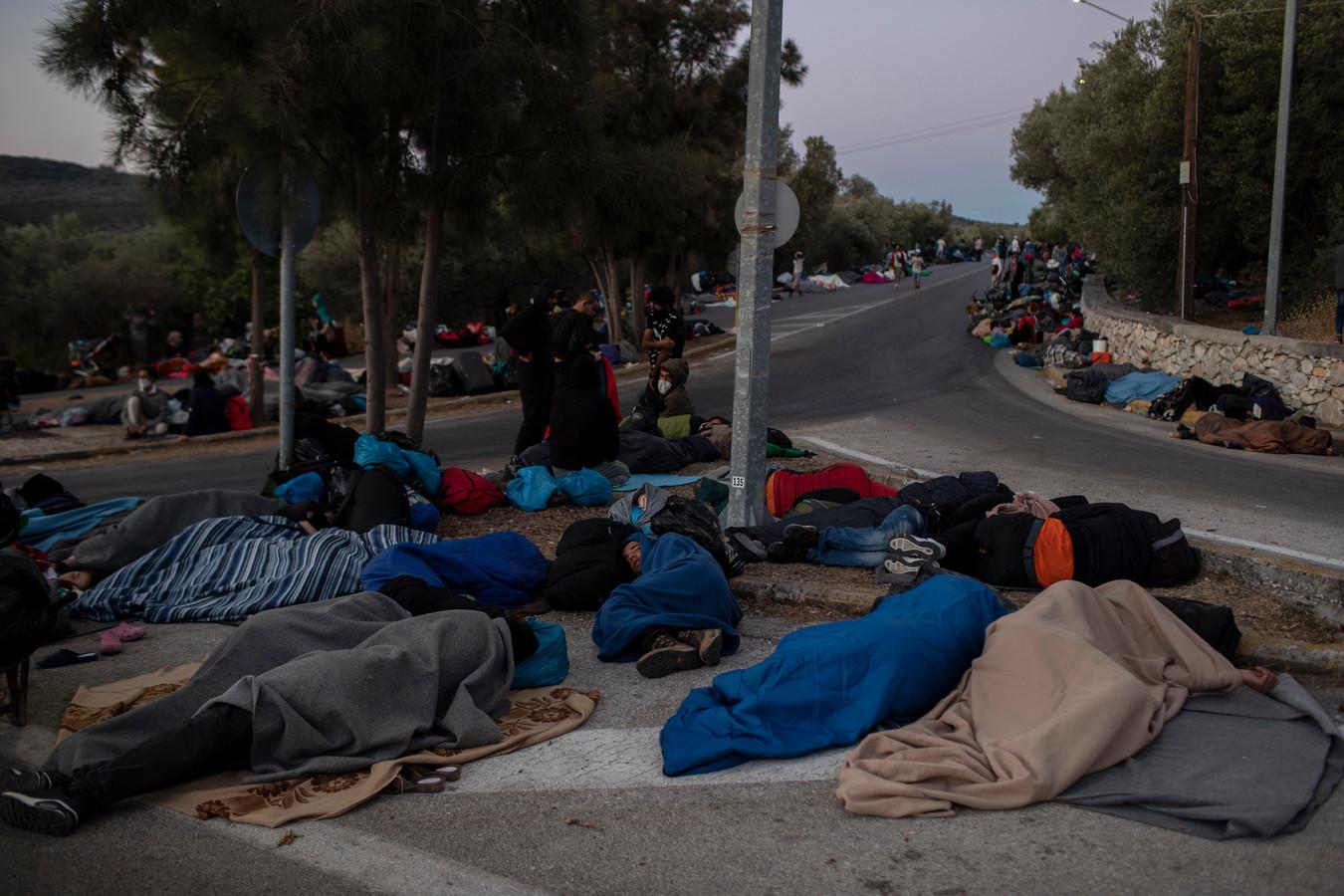 Honderden mensen slapen op straat na de brand.