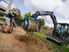Een flinke klus: Stefan maakt met zijn collega's het zand van 138 speelplekken schoon