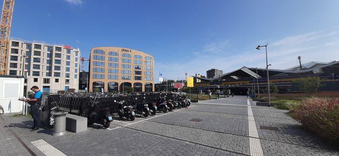 Station Tilburg, links daarvan Plan-T en daarnaast De Brabander.