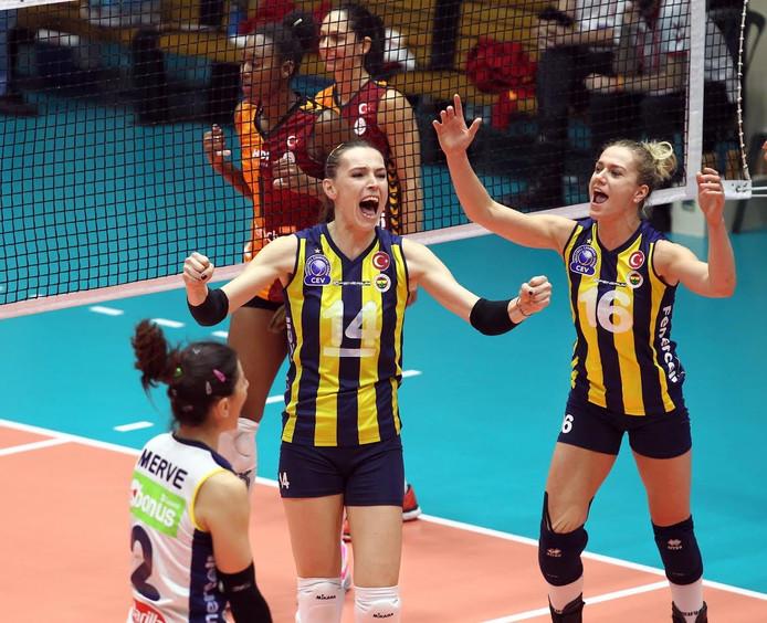 Maret Balkestein (16) viert een punt voor Fenerbahç.