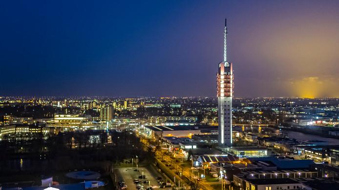 De Alphense tv-toren, die sinds eind vorig jaar in de felgekleurde schijnwerpers staat.