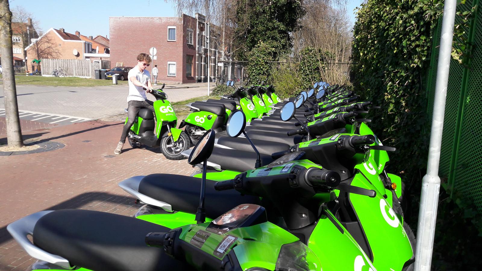 Sinds deze week staan in Almelo honderd deelscooters klaar, die het verkeer in de stad verduurzamen.