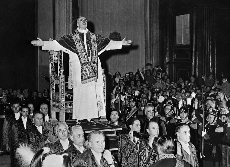 Paus Pius XII zegent de gelovigen, 4 maart 1949. Beeld AFP
