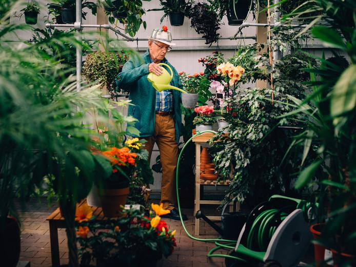 Harald de Tuinman verzorgt in een speciaal geënsceneerde kas de planten, net zoals hij dat straks echt doet.