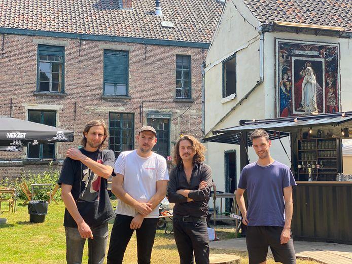 Emile De Schryver, Basile Noré, Oscar Claus en Kasper Ampe in de tuin van Theresia.