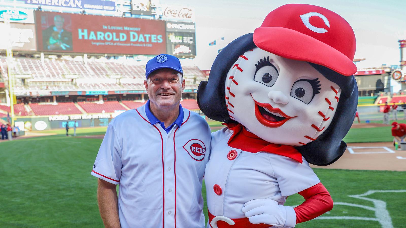 FC Cincinnati-trainer Ron Jans op bezoek bij honkbalclub Cincinnati Reds.