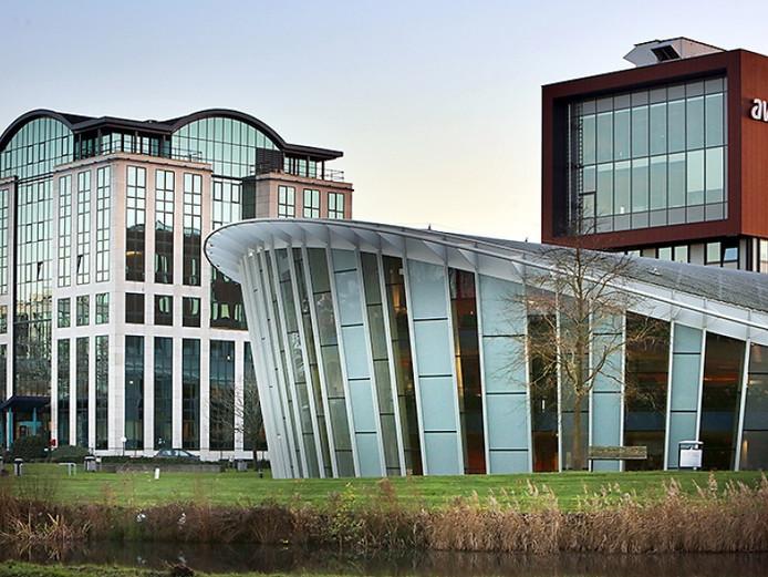 Het nieuwe kantoorpand Quadrium (links) naast de hoofdlocatie van Avans in Breda (rechts).