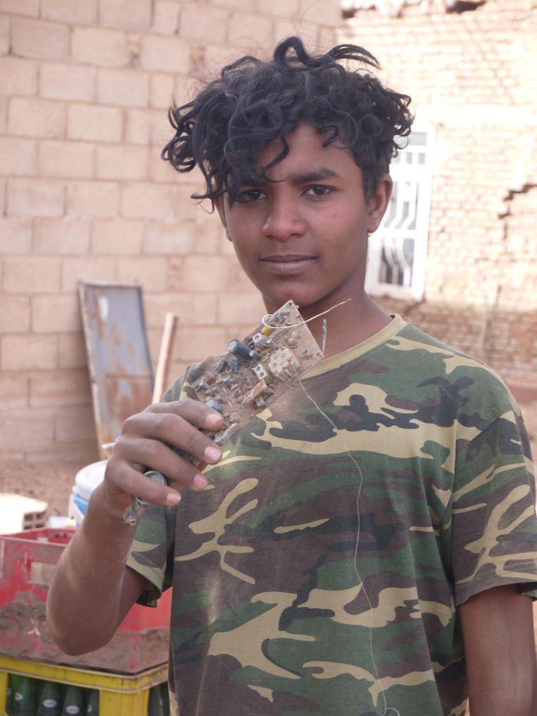 Mohamed Abdulaziz met een restant van zijn PlayStation. Beeld Foto Ilona Eveleens