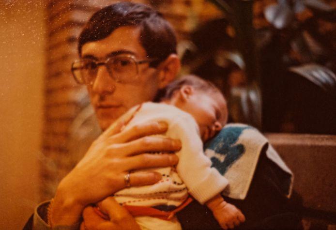 Paul Marchal et sa fille An à peine venue au monde, en 1977.