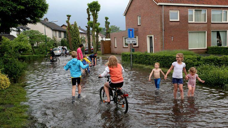Hoosbuien zorgden vorige week op verschillende plaatsen in Noord-Brabant en Limburg voor wateroverlast. Beeld anp