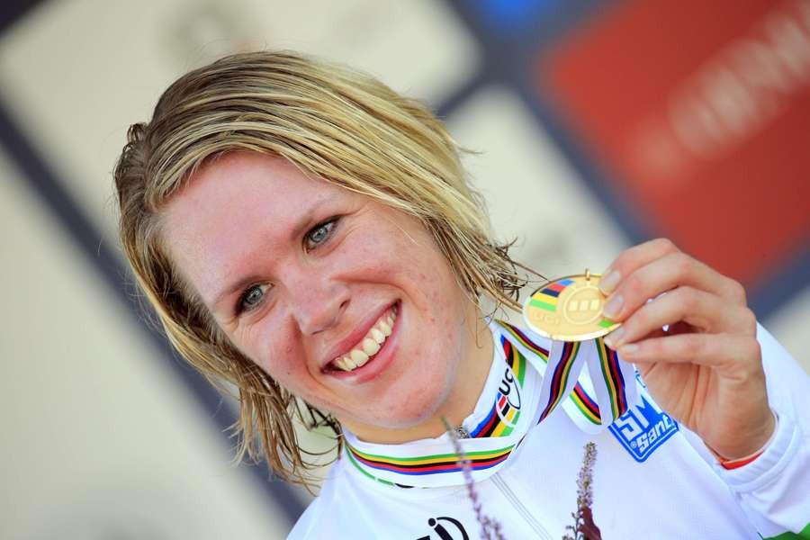 Ellen van Dijk toont trots haar gouden plak.