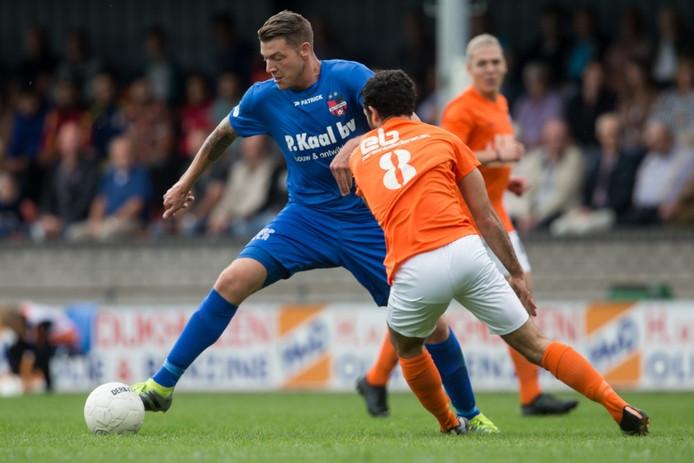 De Treffers-spits Wesley Meeuwsen kapt Nehemia Sanaky van TEC uit.