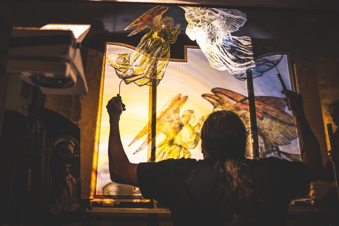 Alain Ongenaet in de weer achter de schermen, met de schimmen die engelen uitbeelden