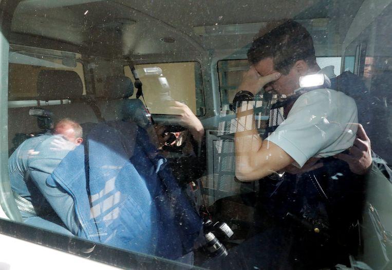 Bart Vertenten verstopte zich vanmorgen onder een blauwe jas bij aankomst in Tongeren.