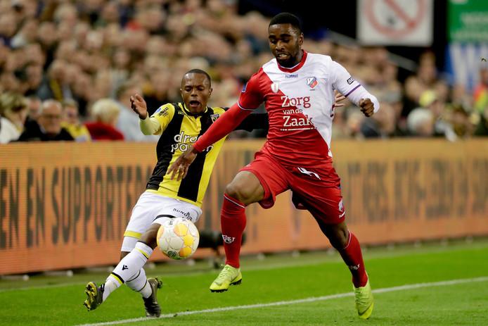 Thulani Serero (links) in duel met Gyrano Kerk van FC Utrecht.