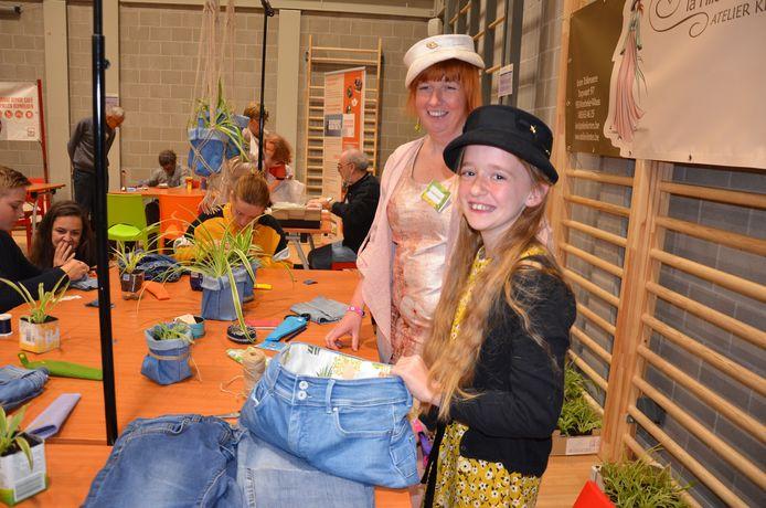 Kirsten Tollenaere maakt plantenhoudertjes en handtassen van gerecycleerde jeansbroeken.