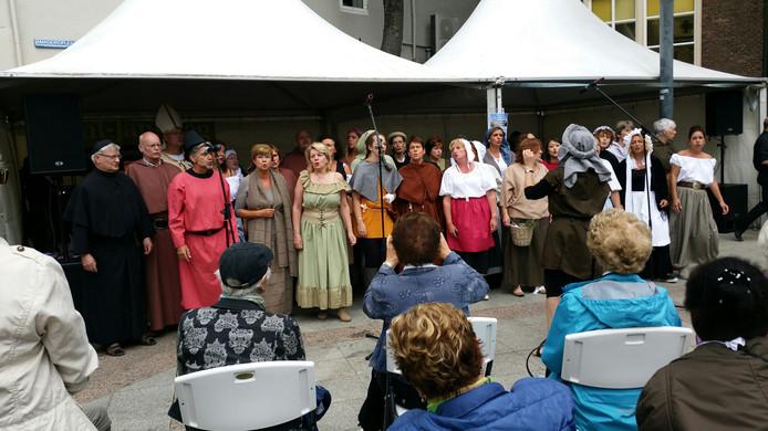 Popkoor 3x3 zingt liedjes waarbij zij gehuld zijn in middeleeuwse kleding.