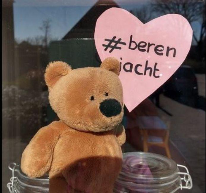Duizenden mensen hebben inmiddels een beer voor de ramen staan. Ze willen het daarmee voor kinderen leuker maken om even een frisse neus te halen.