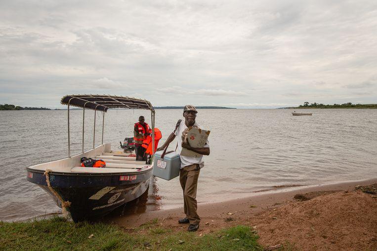 Andrew Mukalazi brengt coronavaccin naar Bufumira-eiland, in het Victoriameer. In zijn koelbox zitten 3 flesjes Astra-Zeneca, oftewel dertig doses. Beeld Esther Ruth Mbabazi