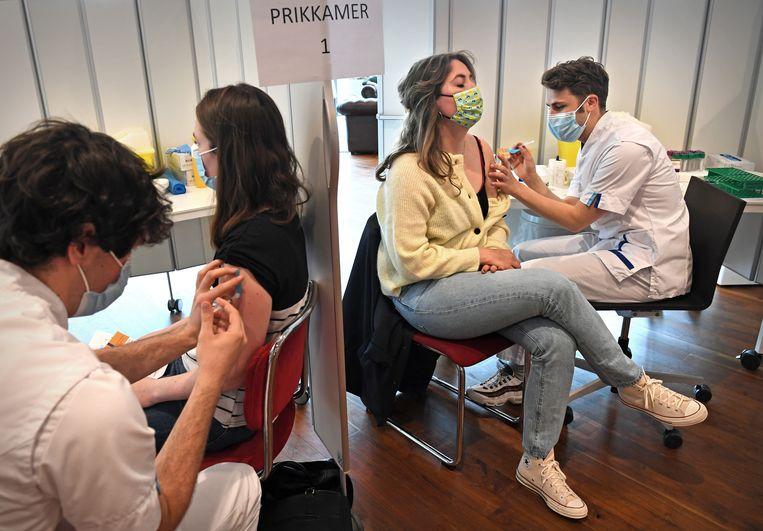 Vaccinatie met het Janssen-vaccin van het personeel van het Erasmus MC in Rotterdam. Deze vaccins worden van nu niet meer ingezet in Nederland.  Beeld Marcel van den Bergh