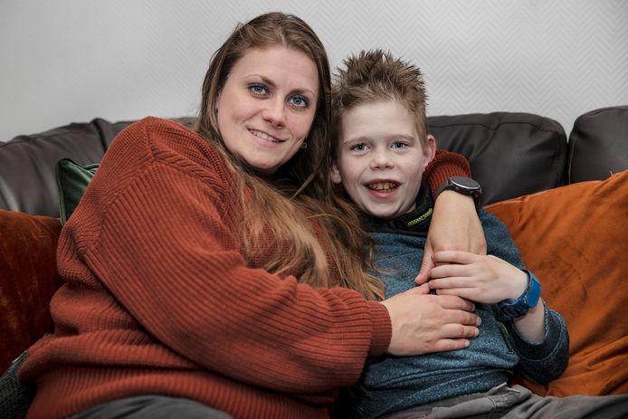 Liza Snijders en haar zoontje Mike. Mike kreeg 4 jaar terug een donornier van iemand die zich als donor had laten registreren.
